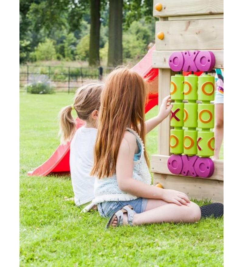 Dzieci bawiące się na placu zabaw grą kółko i krzyżyk
