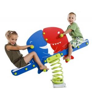 Bujak rekiny z dziećmi na placu zabaw