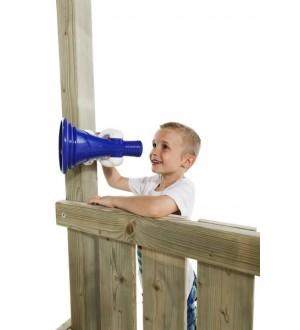 Chłopiec mówiący przez megafon na placu zabaw