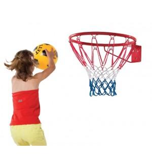 Dziecko grające w koszykówkę na placu zabaw