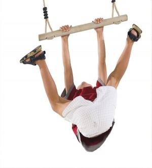 Drewniany drążek - trapez na plac zabaw