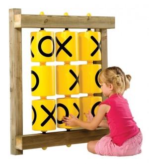 Dziecko grające w kółko i krzyżyk