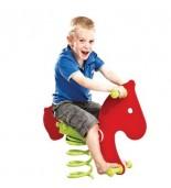 Chłopiec na bujaku koń na placu zabaw