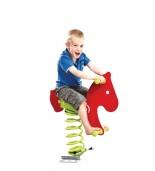 Dziecko na bujaku koń na placu zabaw