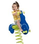 Dziecko na bujaku skuter na placu zabaw