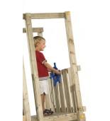 Ster na plac zabaw z dzieckiem na drewnianej wieży