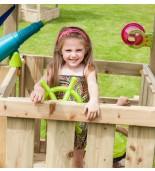Dziecko bawiące się sterem na drewnianym placu zabaw.